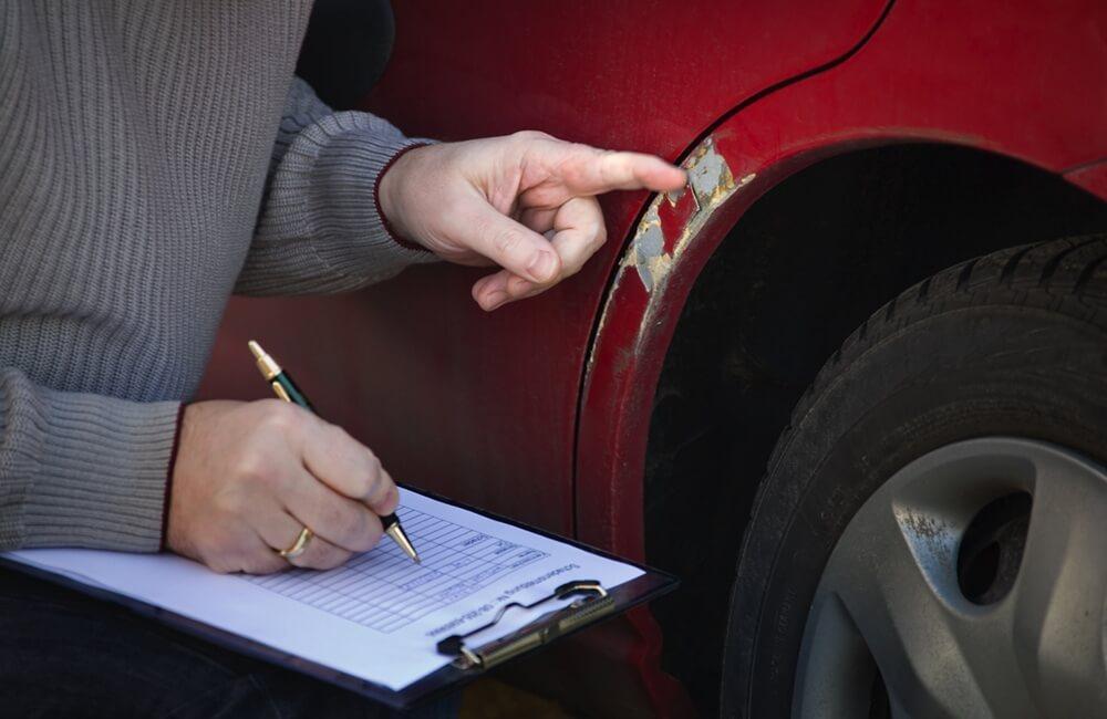 Usuwanie rys na lakierze samochodowym
